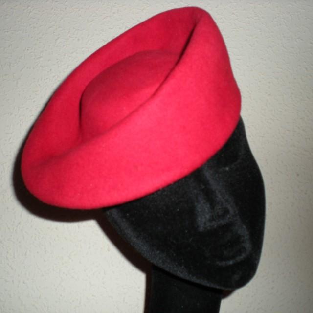 Sombrero casquete en fieltro rojo