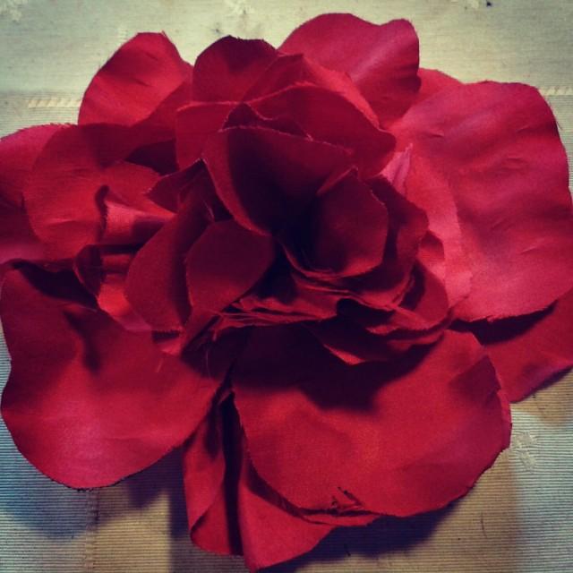 Flor roja de seda