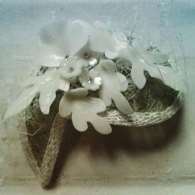 Semi-círculo con flores de porcelana