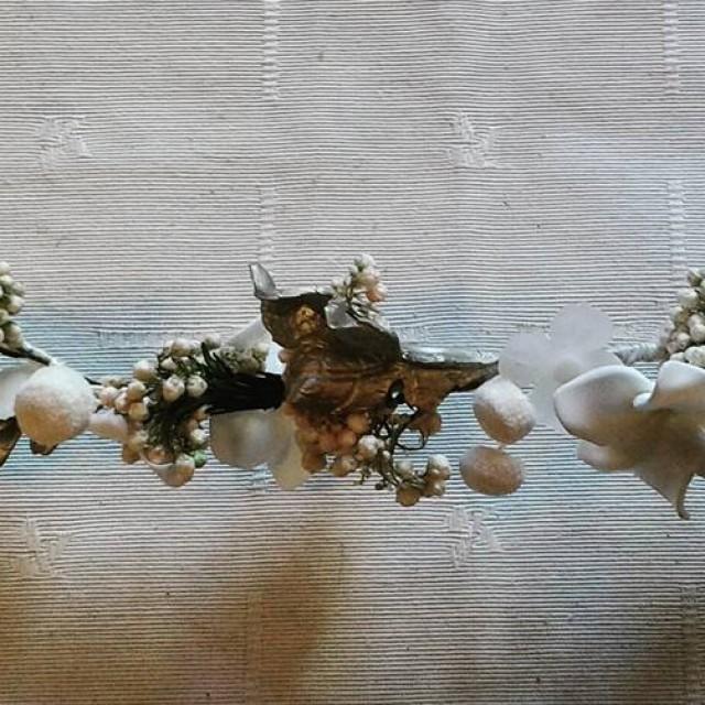 Tiara de flores naturales y porcelana