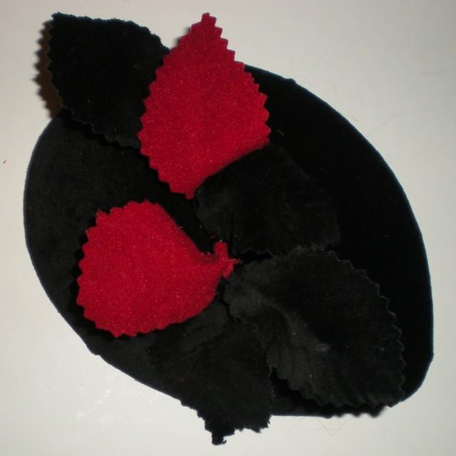 casquete en terciopelo negro y hojas troqueladas