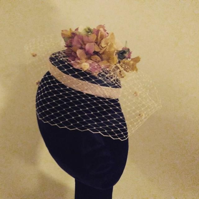 casquete sinamay y flor preservada