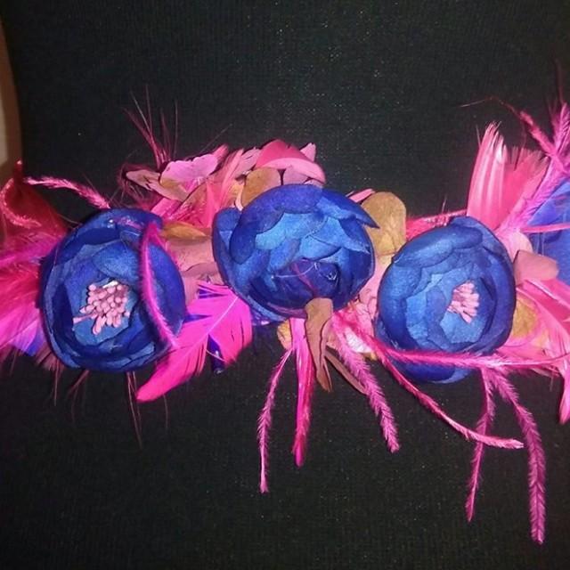 Cinturón flores y plumas